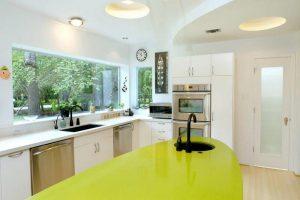 Nhờ vào bản kính to, căn phòng bếp cũng trở nên sáng sủa hơn vào ban ngày. Từ đó giúp tiết kiệm điện năng hiệu quả cho ngôi nhà.