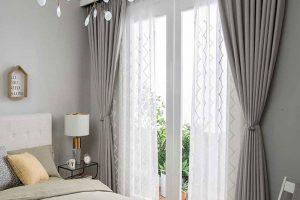 Ngoài việc làm giảm nhiệt độ phòng ngủ thì rèm cửa còn có chức năng điều chỉnh ánh sáng cho căn phòng của bạn.